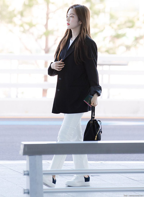 Irene xuất hiện chuẩn girlcrush với áo blazer, giày thể thao, túi dây rút nhỏ xinh.