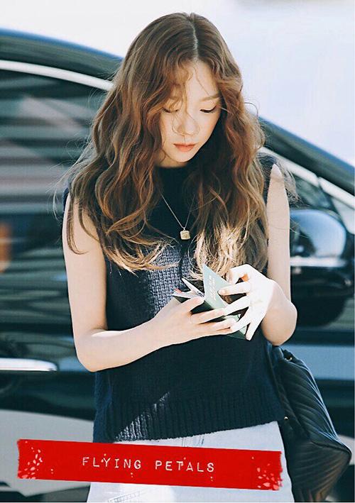 Tae Yeon luôn xuất hiện với hình ảnh chỉn chu, hoàn hảo ở sân bay. Trưởng nhóm SNSD để style tóc mái trái tim, tạo hình tượng lãng mạn khi ra sân bay.