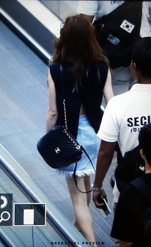 Chiếc váo xếp vạt giúp Tae Yeon khoe lưng. Một chi tiết phá cách giúp tổng thể trang phục hàng ngày thêm phần gợi cảm nhưng không quá đà.
