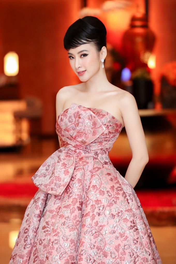 <p> Mỗi lần xuất hiện trên thảm đỏ, Angela Phương Trinh luôn mang đến bất ngờ cho công chúng với những bộ trang phục đầu tư. Lối trang điểm của cô nàng cũng rất đẹp mắt, cực kỳ ăn rơ với váy áo. Khi mặc đầm hồng vỏ đỗ, người đẹp liền chọn cách trang điểm cổ điển với môi son tông xuyệt tông tạo sự hòa hợp.</p>
