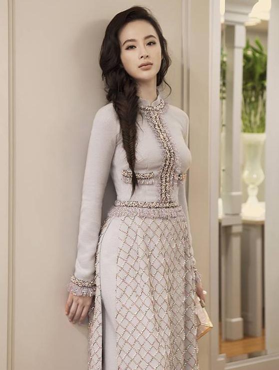 """<p> Ngay cả với một """"ca khó"""" như bộ áo dài của NTK Công Trí, Angela Phương Trinh vẫn có thể chọn màu son phù hợp đi cùng.</p>"""