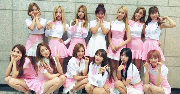 Việc cùng màu sắc nhưng khác về thiết kế giúp mỗi thành viên của Cosmic Girls khoe được nét cá tính riêng nhưng vẫn không mất đi hình tượng chung của cả nhóm.