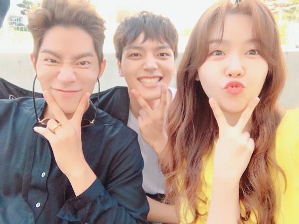 Hong Jong Hyun, Yeo Jin Goo và Min Ah (Girls Day) nhí nhố tự sướng trên trường quay Absolute Boyfriend.