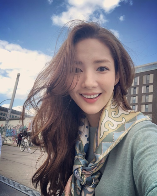 Park Min Young cười ngọt ngào đốn tim fan.