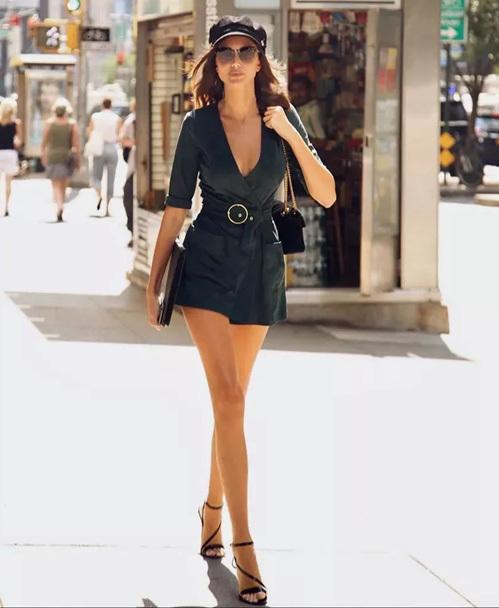 Để khoe tối đa nhan sắc và lợi thế vóc dáng, các người mẫu đầu tư vẻ ngoài với những bộ trang phục gợi cảm, ít chi tiết nhưng vẫn toát lên nét sành điệu.