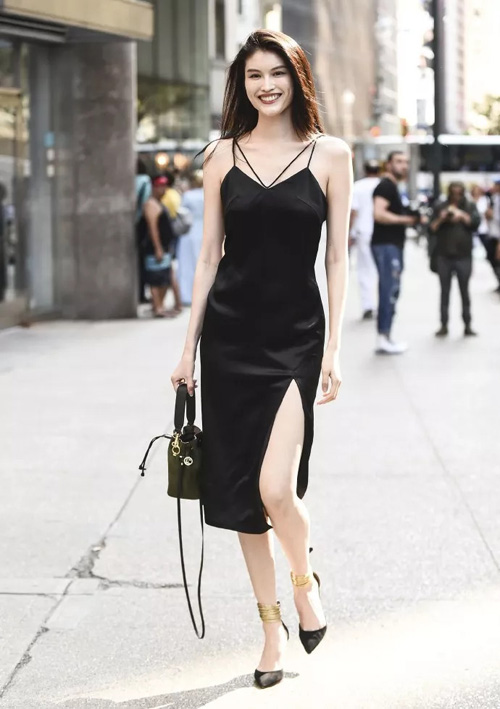 Sui He đi casting mà sang chảnh chẳng khác gì dự tiệc khi diện bộ váy đen xẻ đùi gợi cảm, kết hợp phụ kiện sang chảnh.