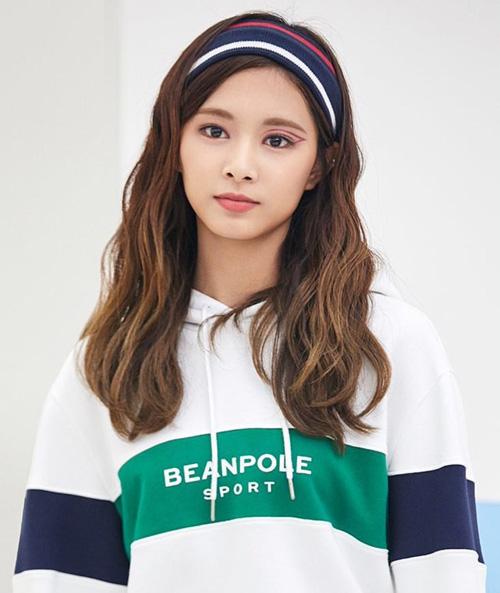 Nhiều người đua nhau phản đối vì lối makeup này khá khó hiểu so với concept thể thao, chưa kể nó còn khiến Tzuyu trông kém xinh đẹp so với thường lệ, một bên mắt trông nhỏ lại vànhư bị lệch.