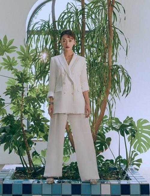 Bộ suit trắng thời thượng khoác lên mình Ngụy Anh Lạc lại không đạt được hiệu quả tốt. Cô nàng như lọt thỏm trong bộ quần áo.