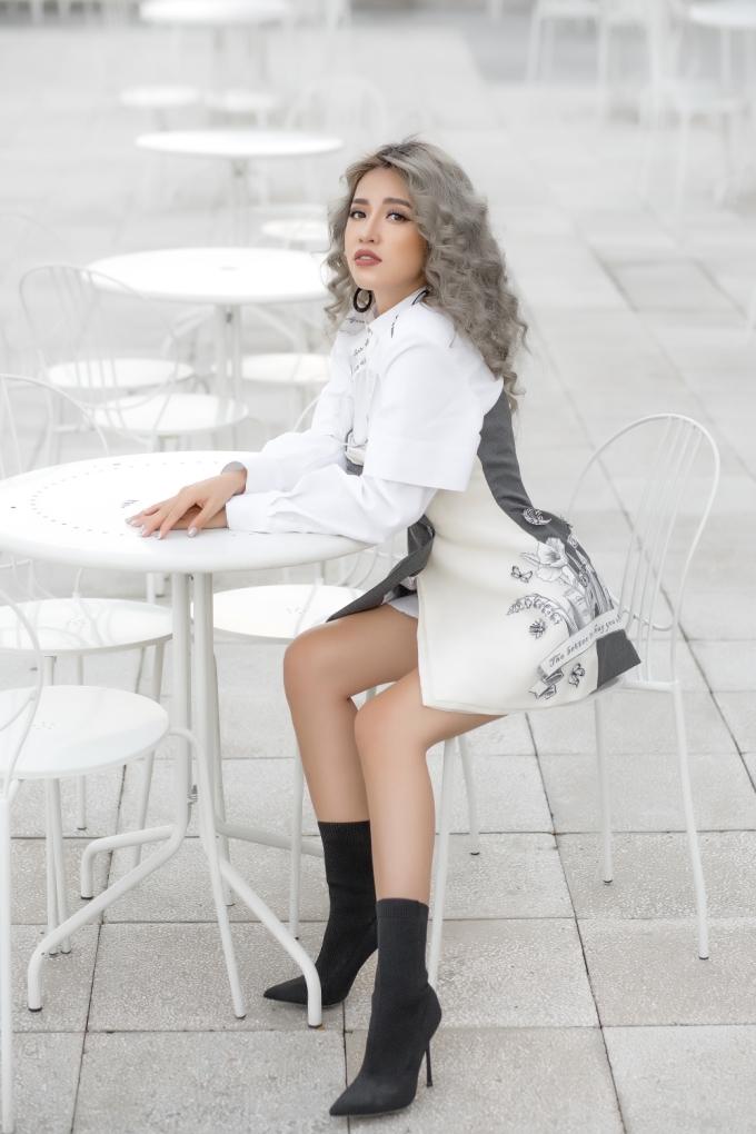 <p> Một đôi boot gót nhọn là lựa chọn hợp lý để có được một outfit chuẩn sang xuống phố. Vẫn giữ mái tóc xám bồng kết hợp cùng chiếc khuyên tai tròn, Puka trở nên ấn tượng, thanh lịch.</p>