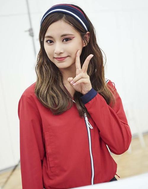 Rất nhiều fan băn khoăn về ý nghĩa của đường eyeliner màu hồng tím ở một bên mắt Tzuyu.