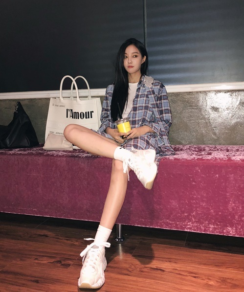 Hyo Min khoe chân thon với trang phục mạnh mẽ, ngồi gác chân bá đạo.