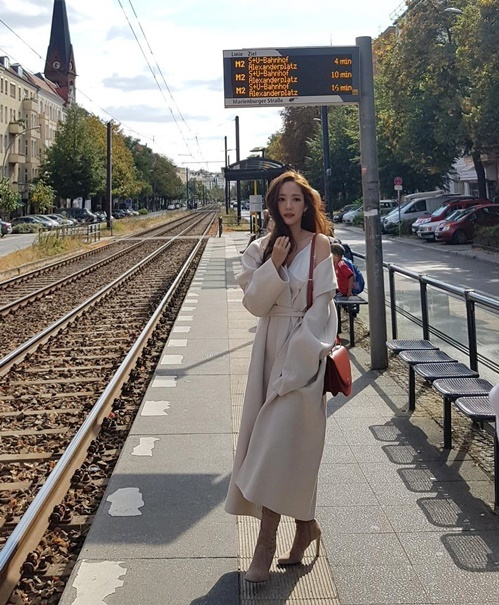 Park Min Young hững hờ vai áo đầy cuốn hút khi chụp ảnh thời trang thu dông ở Paris.