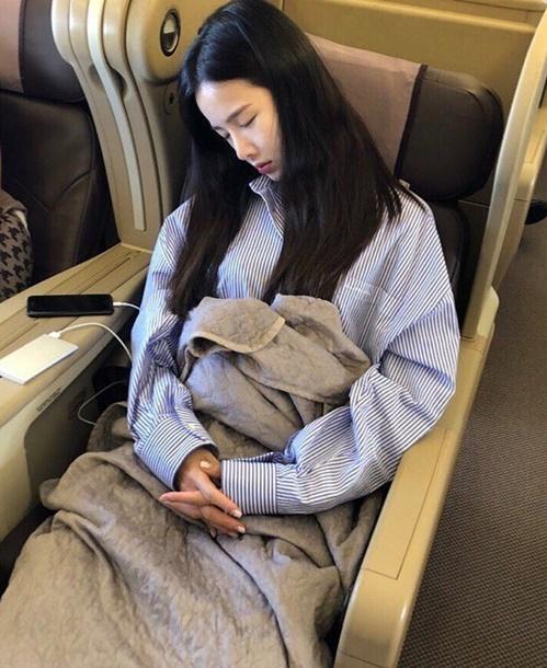 Jeong Hwa chộp khoảnh khắc chị cả Sol Ji nằm ngủ ngon lành trên máy bay.