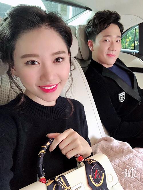 Hai vợ chồng Hari Won - Trấn Thành diện đồ đôi rất đỏm dáng để đi sự kiện cùng nhau.