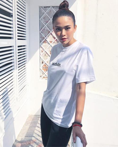 Mâu Thủy chỉ cần diện áo phông trắng đơn giản cũng đủ toát lên nét sang chảnh.