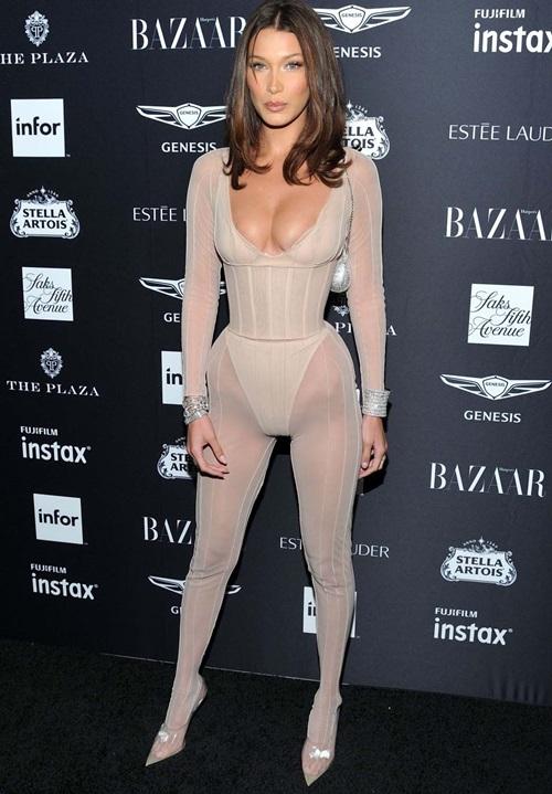 Tối 7/9, trong sự kiện do Harpers Bazaar tổ chức, Bella Hadid giật spotlight của nhiều sao nữ khi diện bộ cánh xuyên thấu táo bạo. Trang phục được lấy ý tưởng từ nội y và áo corset với những đường cut-out gợi cảm giúp người đẹp trọn đường cong cơ thể.