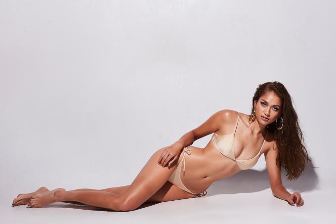 <p> HLV đến từ Phillipines không làm người hâm mộ thất vọng bởi sự biến hoá trong mỗi concept ảnh. Bộ bikini màu nude tôn lên hoàn toàn đường cong của nữ siêu mẫu.</p>