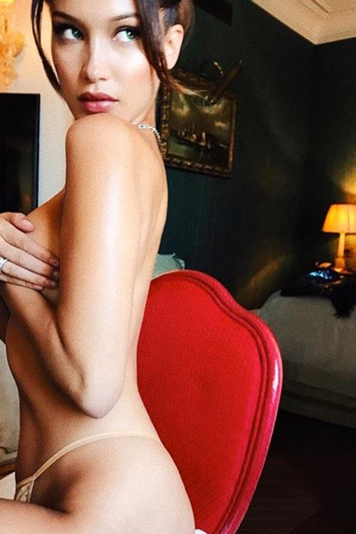 Tháng 6/2017, Bella Hadid đốt mắt fan khi đăng khoảnh khắc bán nude quyến rũ lên Instagram.