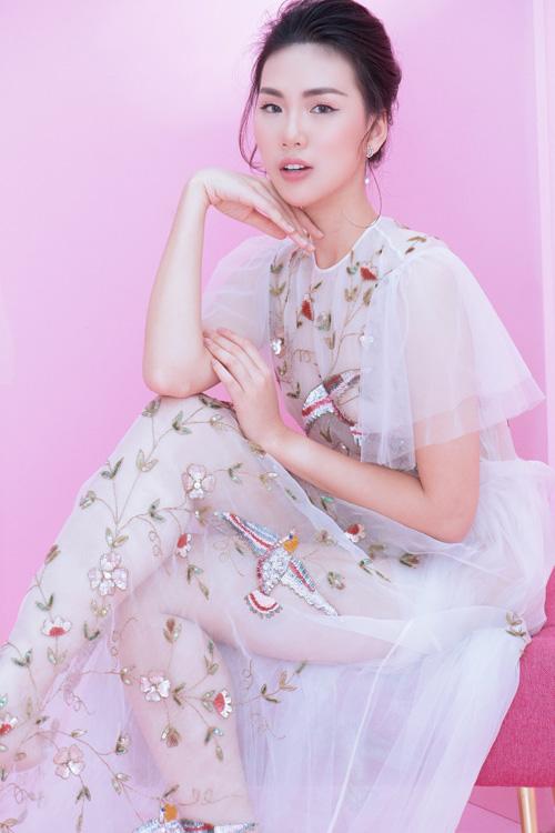 Bùi Quỳnh Hoa vốn không phải gương mặt lạ lẫm với khán giả. Trước khi đăng quang giải Vàng Siêu mẫu Việt Nam 2018, cô từng giành vương miệnMiss Áo Dài Việt Nam World 2017