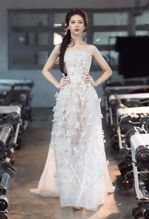Trong 4 tập của Siêu mẫu Việt Nam 2018, Bùi Quỳnh Hoa luôn là một nhân tố nổi bật trong đội của HLV Hương Giang. Cô cao 1,75 m, số đo ba vòng 81-61-92. Ngoài gương mặt xinh đẹp, chân dài sinh năm 1998 đến từ Hà Nội còn có thần thái cuốn hút và những bước catwalk đẹp.