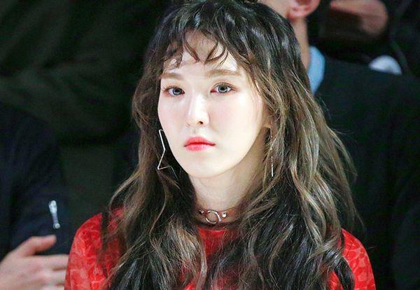 Tóc xoăn tít từng bị chê như các bà thím, nhưng thực chất kiểu tóc mái này lại có khả năng hack tuổi cho các sao Hàn. Phần mái lưa thưa, ngắn lộ lông mày khi được uốn xoăn trông đáng yêu như búp bê.