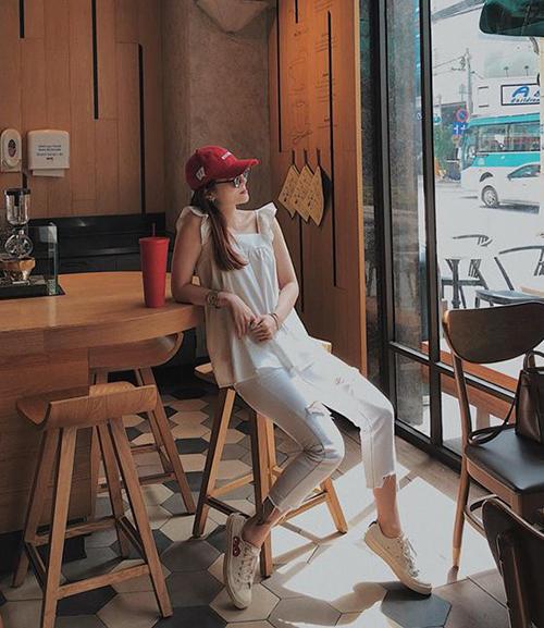 Yến Nhi diện cả cây trắng nhẹ nhàng nhưng vẫn không kém phần nổi bật. Điểm tinh tế của cô nàng là chiếc mũ lưỡi trai ăn rơ màu đỏvới họa tiết trên giày.