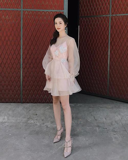 Bộ đồ màu hồng vỏ đỗ mang đến cho Jun Vũ vẻ điệu đà như công chúa.