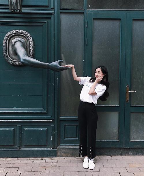 Jun Vũ nhí nhảnh tạo dáng khi đi chơi Bà Nà, Đà Nẵng.