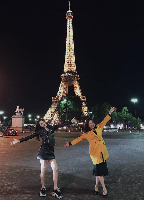 Bảo Anh cùng mẹ nhí nhảnh tạo dáng dưới chân tháp Eiffel.
