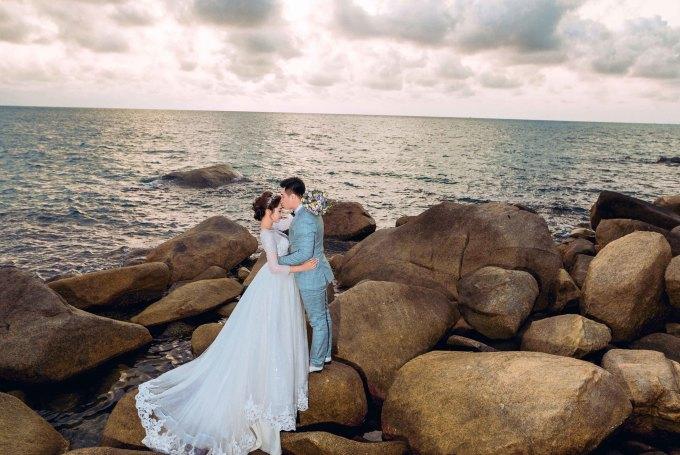 """<p> Hoa hậu Đặng Thu Thảo chia sẻ: """"Cả hai rất đứa thích biển vì ghi dấu nhiều kỷ niệm riêng từ lúc quen nhau. Vì thế, cả hai quyết định chọn không gian này để chụp ảnh cưới"""".</p>"""