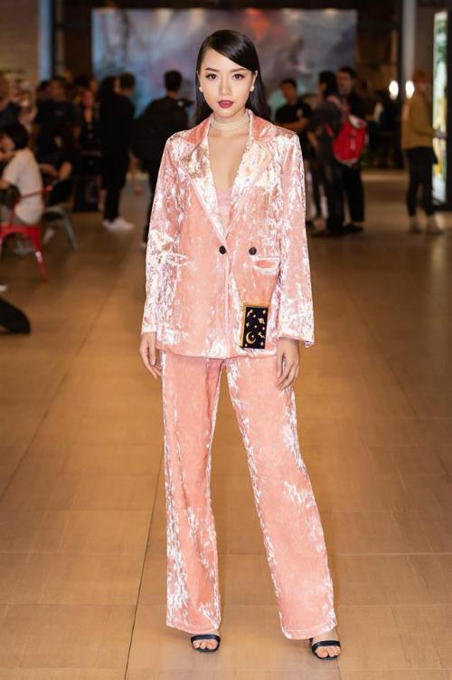 Băng Di rất chịu khó cập nhật các xu hướng thời trang trên thế giới. Bộ suit nhung mang hơi hướm menswear vừa gợi cảm, quyến rũ, vừa cá tính, sành điệu.