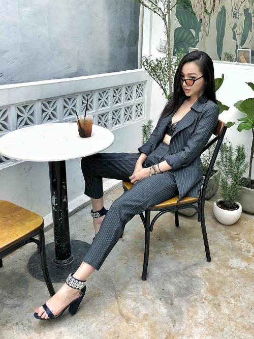 Bộ suit mix cùng áo bra-top ren và sandals quai ngang ăn nhập, tạo sự đồng điệu cho phong cách.