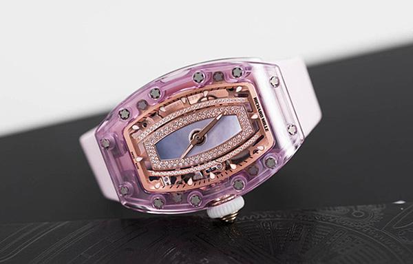 mẫu RM 07-02 Pink Lady Sapphire dành cho phái nữ được hãng ra mắt vào năm 2016. Trung bình để hoàn thành bộ vỏ sapphire của Richard Mille cần hơn 40 ngày chế tác liên tục, trong đó có hơn 800 giờ gia công. Bộ vỏ cong nhẹ 3 lớp đặc trưng của Richard Mille, một trong những kết cấu vỏ đồng hồ phức tạp nhất từng được chế tạo. Nhiều người cho rằng mẫu đồng hồ vỏ sapphire này trông không hề đắt tiền gì cả, thế nhưng giá trị của chúng lại nằm ở chất xám mà các nhà nghiên cứu đã đầu tư. Sự chú ý được thu hút từ chính những con mắt am hiểu và đồng tình với tinh thần sáng tạo không ngừng và làm nên những điều mới mẻ. Đương nhiên giá của mẫu đồng hồ này cũng xếp vào hàng không tưởng: 1,2 triệu USD ~ 28 tỷ đồng.