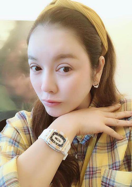 Ngoài chiếc đồng hồ phiên bản màu hồng, Lý Nhã Kỳ còn sắm một chiếc khác màu trắng phối vàng. Cô kết hợp cùng sơ mi caro khá tông xuyệt tông.