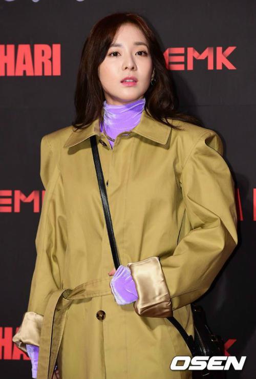 Trong một sự kiện năm 2016, Dara đã diện một chiếc trench coat dáng oversized phối cùng áo cổ lọ màu tím chất liệu nhung bóng bẩy trông vô cùng sến.