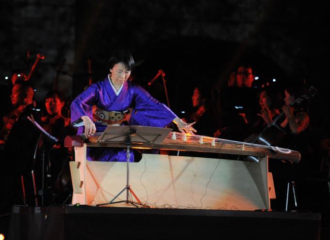 <p> Một trong những tiết mục được chờ đợi là màn diễn tấu của nghệ sĩ Nhật Bản tài hoa Yoko Nishi. Cô mang đến đêm nhạc <em>Sống</em> hai bài dân ca Nhật Bản - Việt Nam:<em> Giai điệu Sakura</em> và <em>Se chỉ luồn kim</em>.</p>