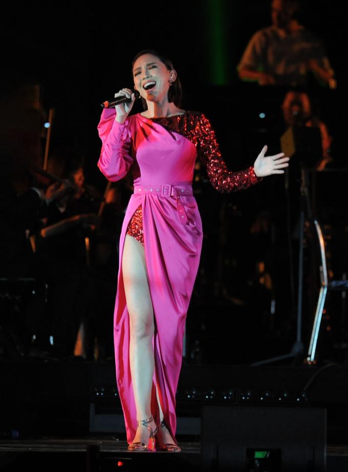 """<p> Tóc Tiên xuất hiện khiến khán giả """"bùng nổ"""" với liên khúc: <em>Vũ điệu cồng chiêng - Em không là duy nhất - I'm in love</em>.</p>"""