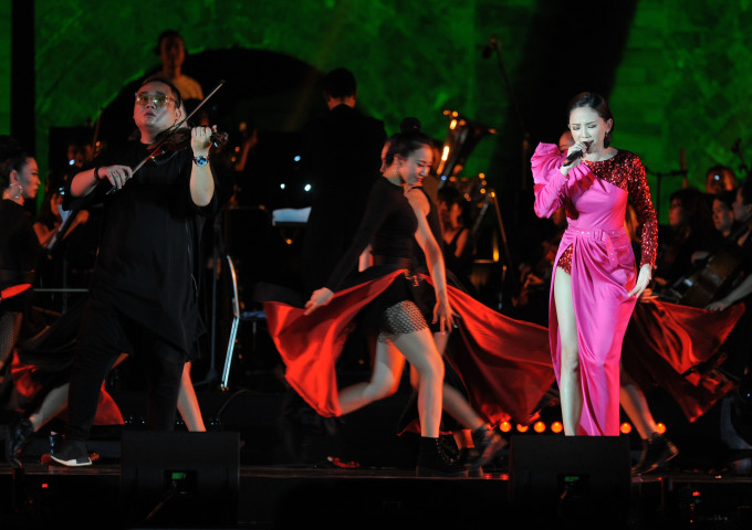 <p> Nữ ca sĩ diện trang phục gợi cảm kết hợp cùng nghệ sĩ violin FatB và vũ đoàn.</p>