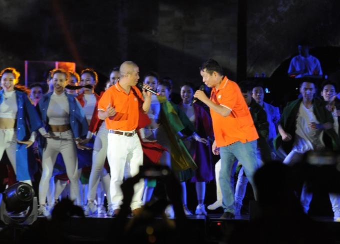 <p> Phần cuối chương trình là màn song ca đặc biệt giữa nhạc sĩ Trương Quý Hải và ông Trương Gia Bình qua ca khúc <em>FPT Dòng sông lời thề</em>.</p>