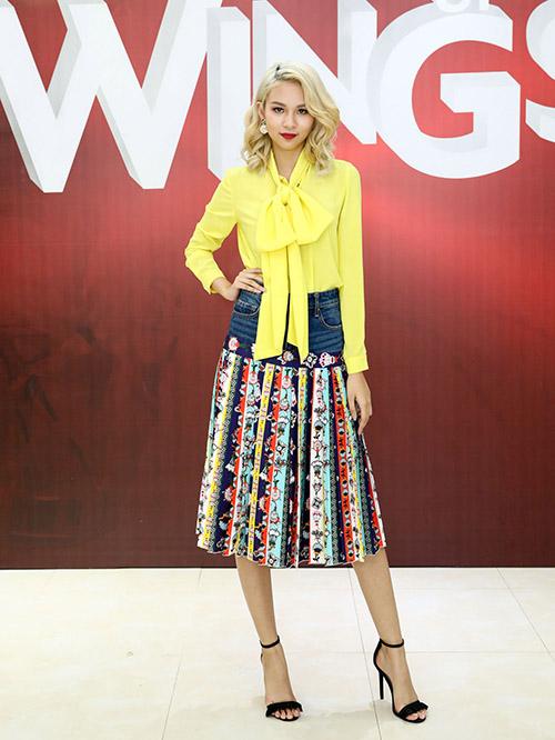 Tại buổi tuyển sinh, ngoài giám khảo Lê Thanh Hòa, sự xuất hiện của Phí Phương Anh cũng gây ấn tượng mạnh khi cô diện váy hai cạp cùng áo sơ mi vàng nổi bật.