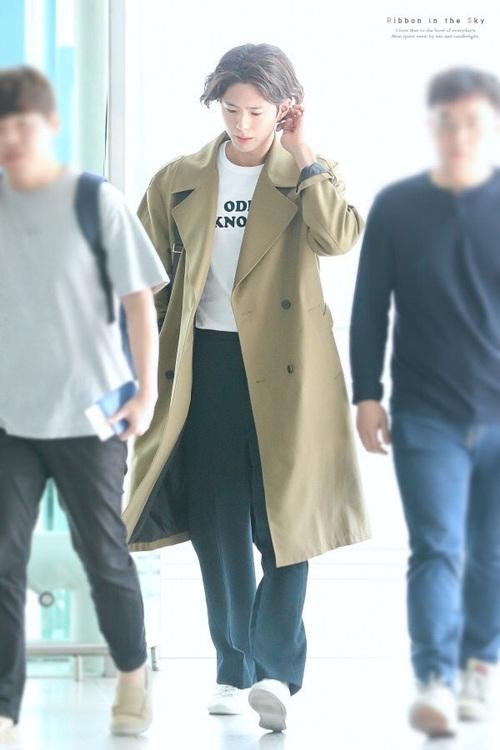 Áo trench coat chưa bao giờ lỗi mốt trong tủ đồ của sao Hàn. Nam diễn viên Park Bo Gum nữ tính với kiểu tóc dài.