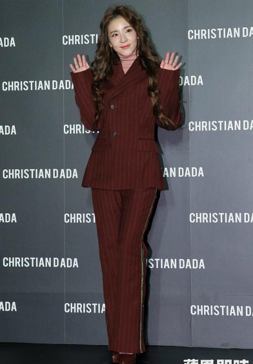 Dara bị chê già như bà thím khi diện trang phục chẳng giống ai - 1