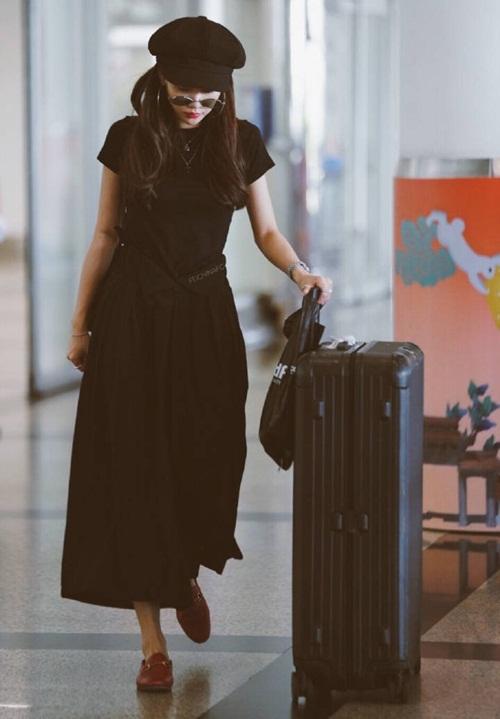 Fei khoe vẻ sành điệu với cả set đồ đen, giày Gucci đỏ và mũ beret. Những mẫu váy dài bắt đầu được yêu thích trở lại khi trời vào thu.