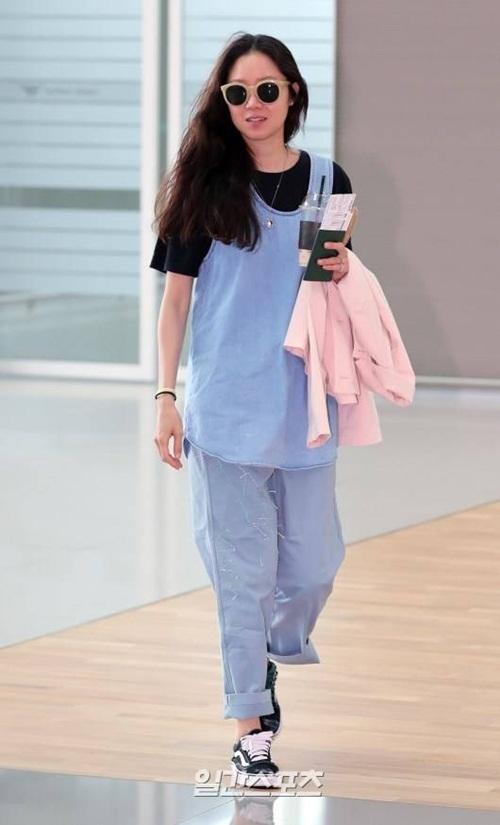 Gong Hyo Jin xuất hiện với hình ảnh luộm thuộm, quần sờn rách. Các diễn viên xứ Hàn hiếm khi chú trọng vào thời trang sân bay, họ ưa thích những set đồ rộng, dễ di chuyển.