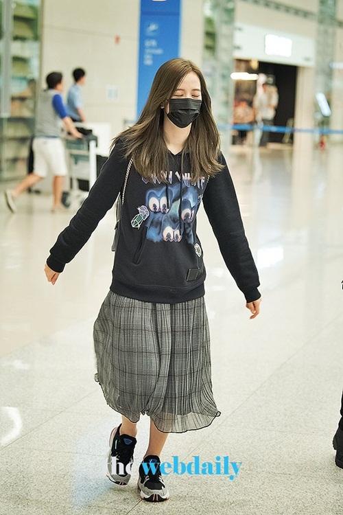 Áo hoodie, chân váy dài chất liệu mỏng nhẹ giúp Ji Soo có sự thoải mái khi đáp chuyến bay dài. Thành viên Black Pink vừa đi, vừa ngủ vì quá mệt.
