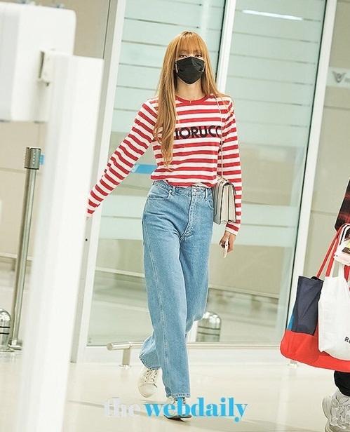 Lisa thể hiện thần thái dù chỉ mặc áo phông kẻ, quần jean ống rộng, cạp cao. Trái với vẻ sang chảnh ở các sự kiện thời trang, 3 cô gái Black Pink chọn trang phục tối giản khi về Hàn.