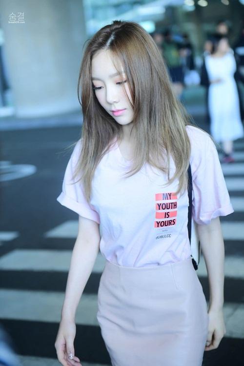Váy bút chì thường bị chê giống đồ công sở nhưng Tae Yeon trẻ hóa item này nhờ kết hợp với áo phông và dùng tông hồng.