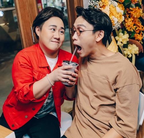 MC Quang Bảo nhắng nhít bên ông chủ cửa hàng.