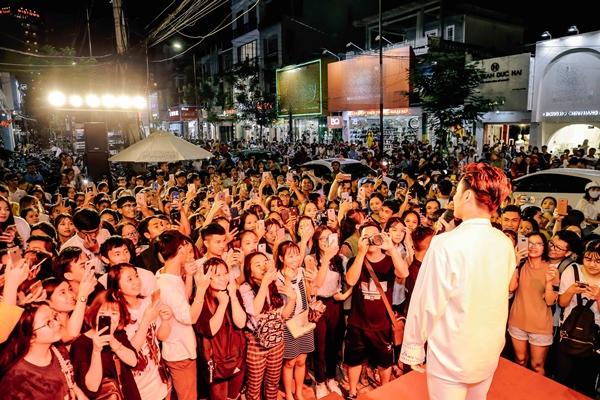 Fan tràn ra cả ra đường cổ vũ cho các ca sĩ gây náo loạn cả một khu phố.