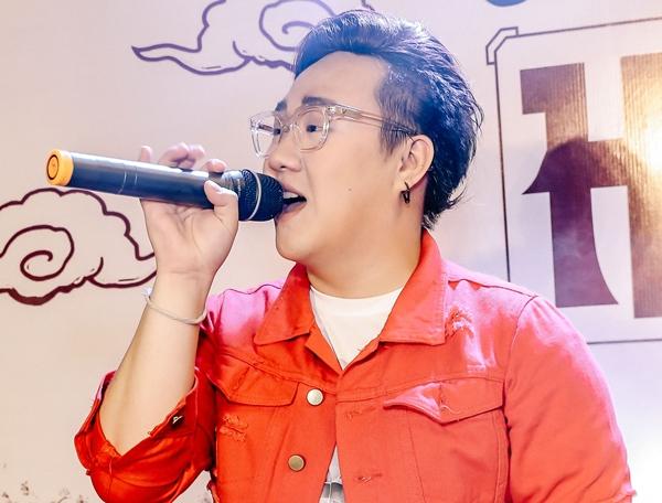 Trung Quân hào hứng chia sẻ với fan về vai trò mới và không thể thiếu phần âm nhạc. Anh thể hiện hai bài hát theo yêu cầu là Trót yêu và Dấu mưa với phiên bản remix sôi động.